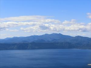 右からホロホロ山、徳舜瞥山、オロフレ山
