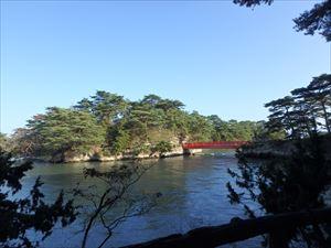 橋を渡って雄島へ
