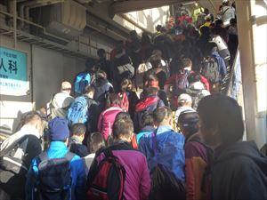 電車から降りる大勢の人