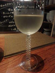 おしゃれなグラスで 白ワインをいただく