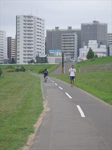 どこまでも延びるサイクリングロード