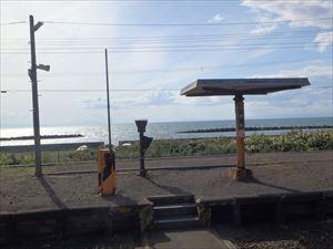 黄金駅から見た海岸 まぶしい