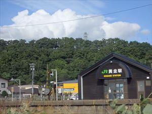 黄金駅と入道雲