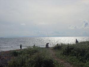 海岸には沢山の釣り人