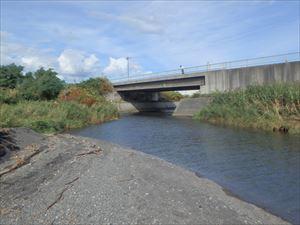 チマイベツ川の河口あたり 橋の上の人に注目