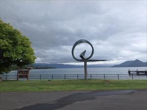 湖畔の彫刻 その意味は?