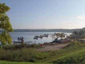 日が登った網走湖畔