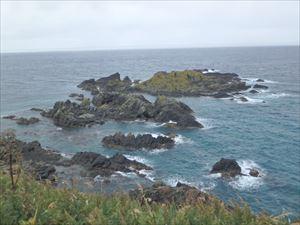 岩がゴロゴロの海
