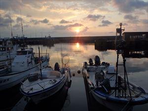 港の朝焼け この時点では 晴れだったんですが・・・