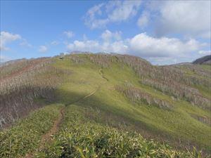 西尾根コースを 下から眺める 室蘭岳は右手前方