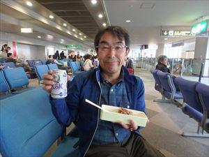 千歳空港で腹ごしらえ いつものさえない格好です