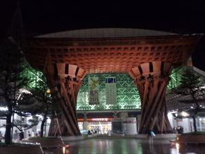 金沢駅のシンボル 鼓門 ライトアップできれい