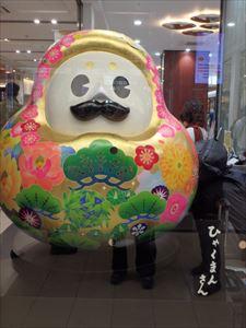 石川県のマスコットキャラ 「ひゃくまんさん」 「加賀八幡起上り」が モチーフとのこと 達磨ではないらしい