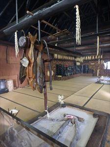 チセの中の囲炉裏と鮭 いい雰囲気です