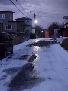 凍てつく道路 転ばないでね