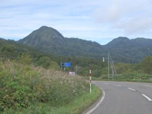 峠から山を眺める