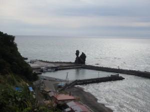 港に「もんじゅ岩」が見える