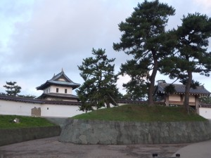 石段を上り城を目指す