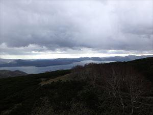 突然、霧が晴れて 屈斜路湖が きれいに見えた 右奥に雄阿寒岳