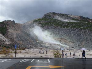 雨の硫黄山 でも観光客は一杯 外人さんです
