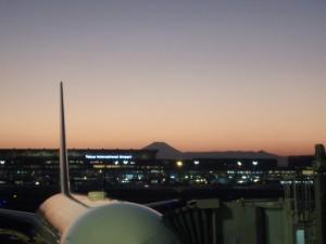 夕日に映える富士山 羽田にて