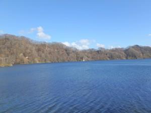 幌別ダムのきれいな湖面 すがすがしい 風は少し冷たい