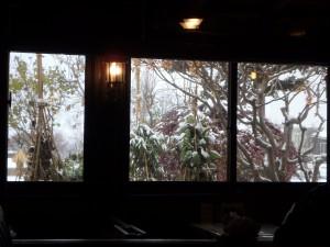 雪景色が旅情をそそる やや涼しい店内