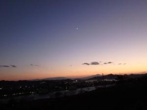 輝きを増した三日月が 室蘭の夜を照らす