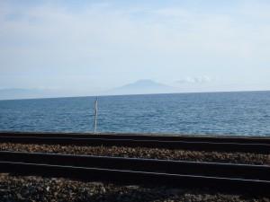 遠くにうっすら見える駒ヶ岳