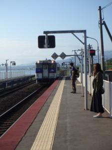 伊達方面から列車 乗る人二人、降りた人二人