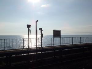 輝く海と北舟岡駅のホーム 侘しくも切ない午後の景色
