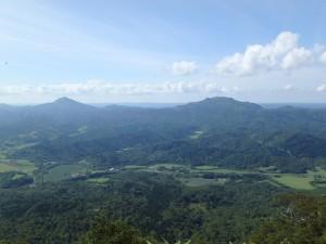 ペンケ山とパンケ山 奥は日本海だが見えず