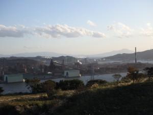 鉄の工場群と白鳥湾 遠くに駒ヶ岳