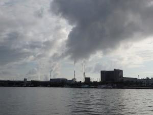 煙がもくもく登る東区の工場群