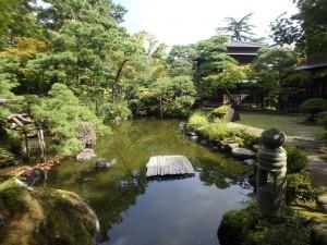 きれいな大きい池がある