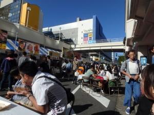 人で混み合う バスセンター界隈