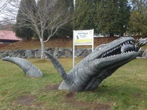 地面から跳び出る モササウルス