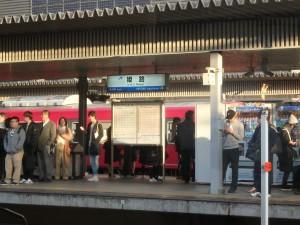 姫路駅のホームは 朝から混んでいた