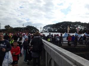 にぎやかに混み合う会場 午後も各種レースがある