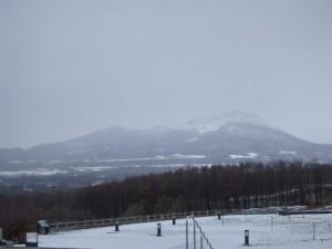 有珠SAから眺める 雪で煙っている有珠山