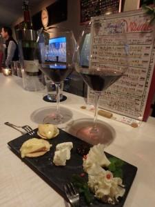おいしいチーズにワインがすすむ