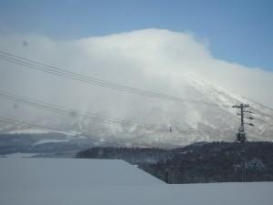雲に隠れた羊蹄山