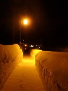 深い雪の歩道を走る 足元がおぼつかない