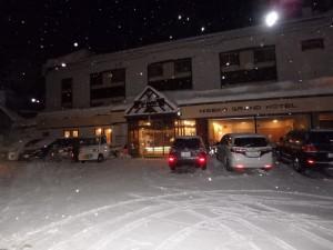 雪が舞う 明け方のニセコを走る