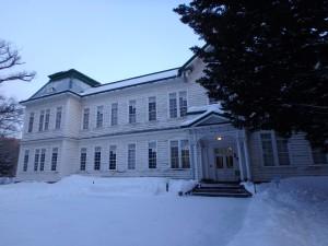 雪がアクセントの古い建物