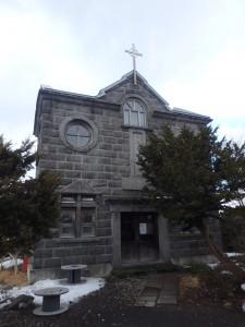 風が冷たい教会堂 来客が一組いた