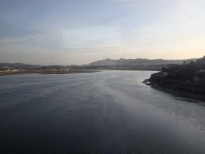 大きな川を渡る 朝日がまぶしい