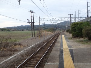 坐して、のんびりと 列車を待つ