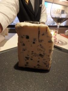 青いチーズと赤ワインと マスターの腕 繁盛なによりです