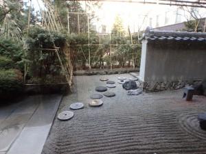 庭を見ながら朝食 池には鴨がいた